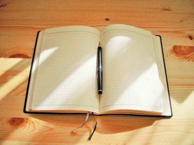 開いたノートとペン